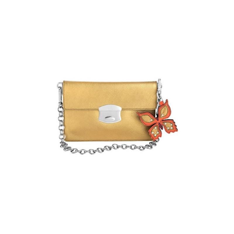 Bolsa Envelope Dourada com Alça Prata e Pingente de Couro